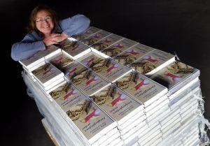 Jag med 350 böcker av Färgargårdens andar